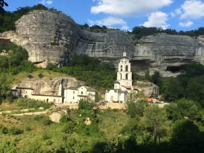 Свято-Успенский монастырь: целый город посреди скал