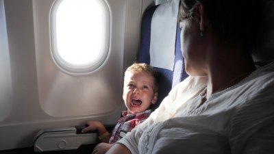 Что делать, если ребенок плачет в самолете?