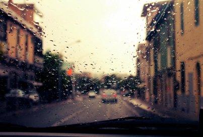Как водить машину во время дождя: полезные советы для коротких и длительных поездок