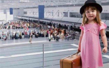 Путешествия с детьми: до какого возраста ребенок официально может проживать в отеле, летать на самолете и ездить в поезде бесплатно